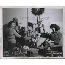 1945 Press Photo M. Allen, D. Krout & M. Richardson repair toys for Christmas