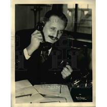 1932 Press Photo AW Kaney at chicago broadcast station KYW