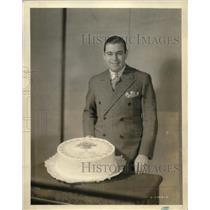 1932 Press Photo Morton Downey w/ a cake on his celebration as an artist