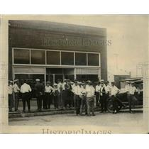 1924 Press Photo Crowd at morgue in Harrin as riot victims bodies arrive