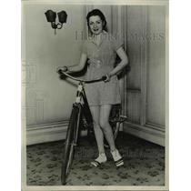 1933 Press Photo Miss Dorothy Hickey & her bicycle in a play suit for riding