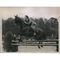 1936 Press Photo Maregaret Carter and her horese Roxy in the Jumping Class
