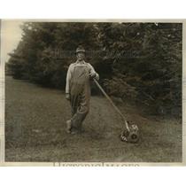 1924 Press Photo Alex Laskoisky, gardener on the Mark Davis Estate at Glim Cove