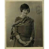 1923 Press Photo A model in fashion outfit smiling