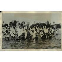 1931 Press Photo Gujerrati women & kids at Chaupatty shore in India - nex20373