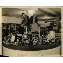 1942 Press Photo Coral Strasburger & toy diplay in New Orleans La