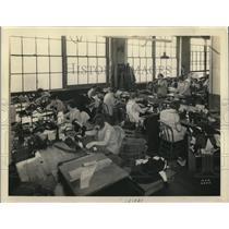 1930 Press Photo Union Owned Amalgamated Clothing Factory in Milwaukee Vest Shop