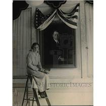1920 Press Photo Harotta Smith of Washington Artist With Portrait Govornor Cox