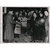 1936 Press Photo London Crowd reads King Edward's Abdication