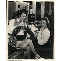 1942 Press Photo Jean Koontz and Margaret Devling radio operators of