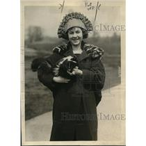 1920 Press Photo Miss Ula Sharon, a noted dancer w/ a skunk