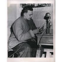 1952 Press Photo PFC. Paul F. Schinur Gave Photographs To I.N.P. Correspondent