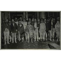 1931 Press Photo 20 miners with the members of rescue crew in the background