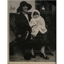 1922 Press Photo Mrs. Robert Goelet and son, Robert Jr., arrive in England.