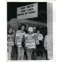1973 Press Photo Detroit Auto workers from Chrysler form a picket line at the