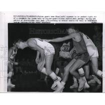 1958 Press Photo Detroit Piston Gene Shue vs Knicks Richie Guerin - nes22281