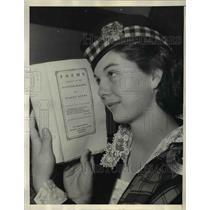 1936 Press Photo Dorothy Duncan & $2,500 Robert Burns Scottish Poem Book