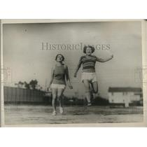 1925 Press Photo Su O'Neil & Gladys McConnell actresses at movie lot