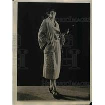 1922 Press Photo White duvetine dress & cape for street wear