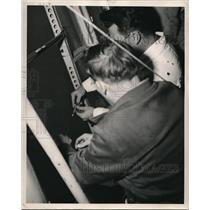 1945 Press Photo Here crewmen are making fast the cable to the aft section of