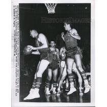 1954 Press Photo Pistons Larry Foust & Al Roges vs Knicks in NY - nes22855