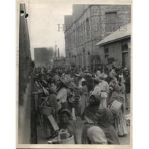 1924 Press Photo Train at an African village as vendors swarm it