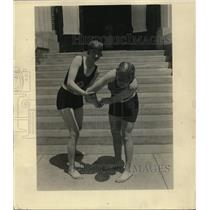 1924 Press Photo Two swimmers demonstrate how to break drowning hold