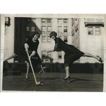 1926 Press Photo Antoinette Pellant & Doris Turner playing hockey roller skates