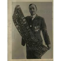 1922 Press Photo Vin Taylor displays his button collections.