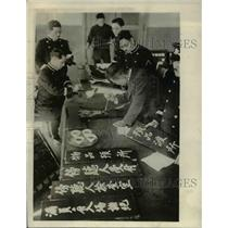 1929 Press Photo Japanese Diet employees preparing the new signs