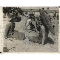 1927 Press Photo Mrs. Boyce Thompson and Julia Brokaw at Breakers Beach