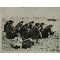 1927 Press Photo Girls Praying on Beach for Late Japanese Emperor