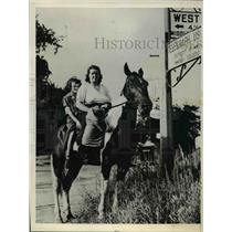 1943 Press Photo Detroit Mich Mrs Lenora benn, daughter Georgia on horseback rid