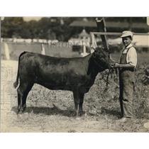 1922 Press Photo MB Thayer & Grand champion heifer Fannie Gray in Pa