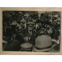 1919 Press Photo Admiral Weymss had difficulty in forcing his way with the crowd