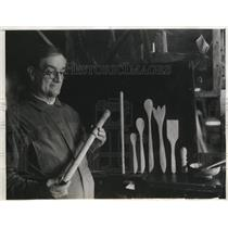 1932 Press Photo Samuel Hicks as he looks over some of Byrd's equipment