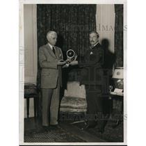 1932 Press Photo Sen. Hiram Binghma III Awards the Trophy