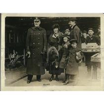 1919 Press Photo Admiral Sims, Mrs Astor & children in London