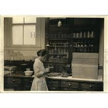1920 Press Photo Drying Box in Department of Agriculture Home Economics office