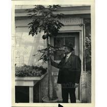 1923 Press Photo George W Hess with Carica Papaya Tree of Hawaii