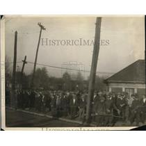 1924 Press Photo Crowds Gathered Outside In Protest
