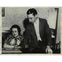 1932 Press Photo Mrs. Bennett Griffin And Jeff Griffin Checking Route
