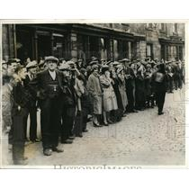 1932 Press Photo Mill workers gather before the EJ Fielding Mill at Todmorden