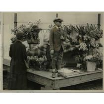 1922 Press Photo Miss Victoria Koppel and Mr. Micharl Adeane at the flower stall