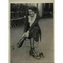 1922 Press Photo Laura Bell Tries On Perhaps Biggest Shoes Ever Made