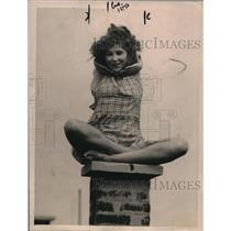 1921 Press Photo Nita Sussoff, Sits Like an Egyptian Goddess