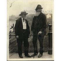 1920 Press Photo Capt WY Coates & Prentice Buglee swapping yarns at Sailors' Hrb