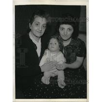 1945 Press Photo Gemma Gluck with daughter Yolanda Denes and grandson Richard