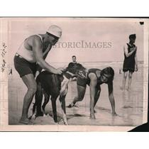 1922 Press Photo Gladys Lindsey Instructor in Athletics racing against Canine