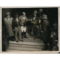 1927 Press Photo Mr. Pickwick Leaving Golden Cross Hotel at Charing Cross